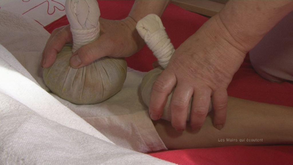 massages aux huiles essentielles tha des pieds de la femme enceinte. Black Bedroom Furniture Sets. Home Design Ideas